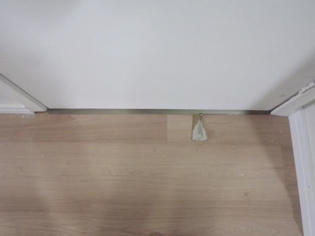 """Reclamamos e o instalador colocou um pedaço de papelão pra ver se """"melhora"""""""